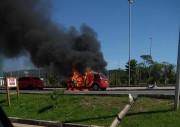 Carro pega fogo em frente ao Parque das Nações