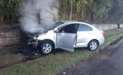 Carro incendeia após colisão no muro em Araranguá