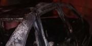 Interior de veículo é atingido por incêndio em pátio de residência
