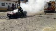 Carro de Araranguá é destruído por incêndio no Bairro Jaqueline
