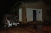 Chamas destroem veículo e atingem parte de residência