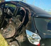 Colisão com caminhão lança carro para fora da pista e deixa condutor ferido