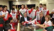 Atletas apresentam medalhas conquistadas para o governador