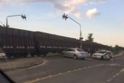 Motorista colide contra vagões de trem em movimento