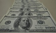 A cotação do dólar ultrapassa R$ 5,40 com perspectiva de corte de juros no Brasil
