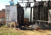 Incêndio destrói casa após propriedade ser desocupada