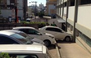 Motorista perde controle de caminhão e colide em veículos