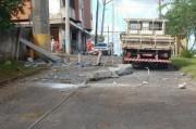 Estrutura de torre cai sobre avenida no Centro em Içara