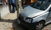 Colisão entre carro e moto atinge também poste no PV