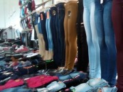 Gaeco apreende roupas em feira por indícios de falsificação