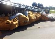 Carga com peças de ferro fundido tomba no bairro Vila Nova