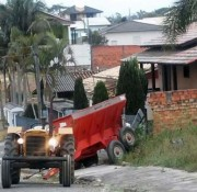 Equipamento agrícola se desprende de trator e colide em muro