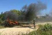 Veículo pega fogo após colisão contra poste no Bairro Jaqueline