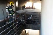 Incêndio em entulhos chama atenção em topo de prédio