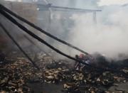 Bombeiros de Içara auxília para evitar propagação de incêndio
