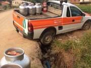 Veículo cai em obra da Casan em Lombas Pedreira