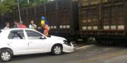 Veículo colide em trem na Rua Vitória
