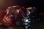 Bitrem-tanque invade canteiro após colisão em Içara