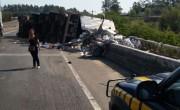 Caminhão tomba com quatro pessoas entre Içara e Sangão