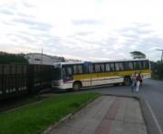 Ônibus escolar é atingido por vagão devido a espera próxima da ferrovia