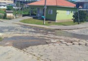 Esgoto escorre a céu aberto em rua do Loteamento Lima