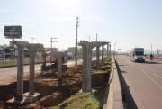 Passarela começa a ter pilares instalados, na BR-101 catarinense