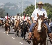 Desfile Farroupilha leva às ruas de Porto Alegre tradições e costumes gaúchos
