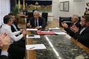 Moreira assina decreto que reduz alíquota de ICMS para atacadistas