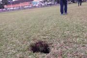 Jogo termina mais cedo devido a cratera no Campo