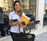 Acibalc entrega revistas de bike para estimular o uso de um meio mais sustentável