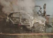 Incêndio destrói carro estacionado em garagem de transportadora