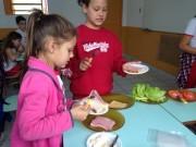 Alunos preparam lanches para saber os nutrientes de cada alimento