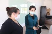 Famílias de Maracajá recebem tablets para tarefas pedagógicas de alunos
