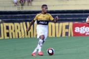 O atacante Alex Maranhão renova contrato com o Tigre