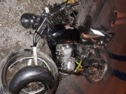 Motociclista fratura perna após colidir contra ônibus