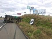 Caminhão tomba após colidir com carro na Via Rápida
