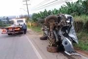 Motorista derruba poste no Morro da Bananeira em Criciúma
