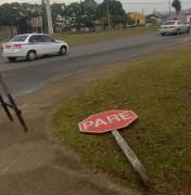 Placas de sinalização quebradas prejudicam motoristas