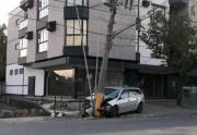 Motorista colide em poste na Rua Marcos Rovaris