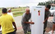 Famílias recebem novos refrigeradores