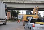 Construção de drenagem interrompe faixa da SC-390