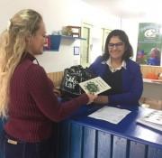 Famsid e Governo de Siderópolis entregam cartilhas sobre coleta seletiva