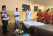 Padre reconstitui gesto do lava-pés no Presídio Santa Augusta