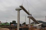 Lajes são instaladas para construção de passarela da BR-101