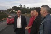 Vereadores e deputado visitam obras da SC-442