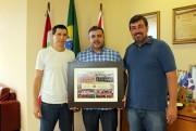 Prefeito Lei Alexandre recebe homenagem dos técnicos do Anjos do Futsal