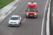 Motoristas devem dar espaço para veículos de socorro e batedores