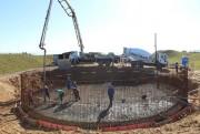 Concretagem da laje de fundo do reservatório é concluída