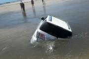 Ondas e ventos fortes arrastam veículos em Balneário Rincão