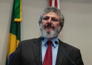 Coleta de assinaturas contra aposentadorias de ex-governadores